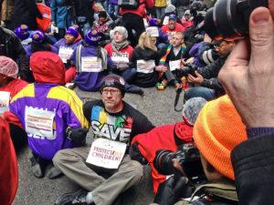 Teachers block traffic followed by arrests.WW photo: Patricia Linarez