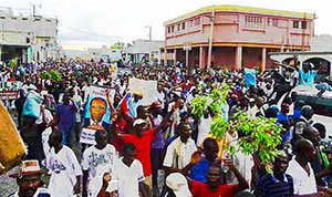 Thousands of Haitians turn out to support Aristide.Photo: Erzilidanto