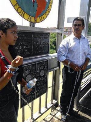 Mellany Martínez with her father Manuel Martínez on the international bridge, defying his deportation.