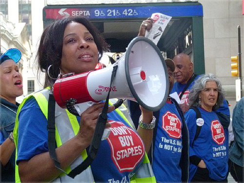 Cindy Heyward, American Postal Workers Union Philadelphia local recording secretary, led chants.WW photo: Joseph Piette