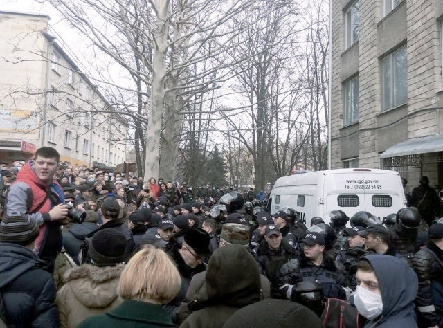 Demonstration surrounds courthouse in Chisinau, Moldova, defends political prisoners.Photo: Alexander V. Gutovski